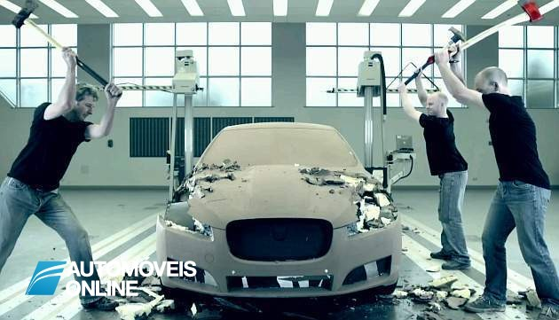 Espectacular! Jaguar XF de argila destruído à machada