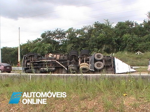 Impressionante! Condutor escapa a colisão violenta com camião