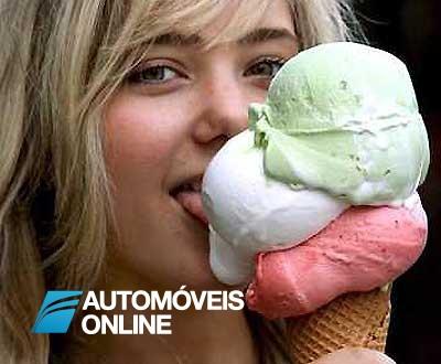 Mulher bate em carro e foge para não deixar gelado derreter