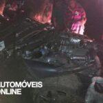 Acidente violento dois Nissan GT-R desfeitos embate arvore 2012