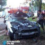 Acidente violento dois Nissan GT-R desfeitos mortes 2012