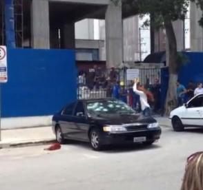 Insólito! Vídeo mostra mulher em fúria a destruir um automóvel à martelada