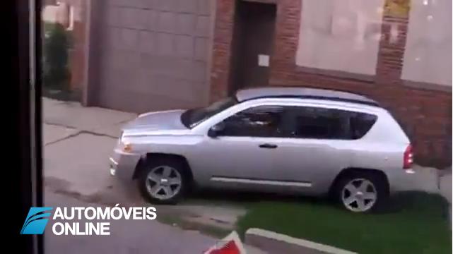 """Tribunal condena! Mulher obrigada a andar com placa """"Idiota"""" no seu carro"""