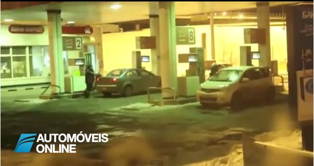 Lavagem arrepiante! Mulher lava vidro do carro com gasolina