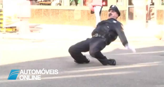 Vídeo espectacular! Polícia regula o trânsito e dança ao mesmo tempo