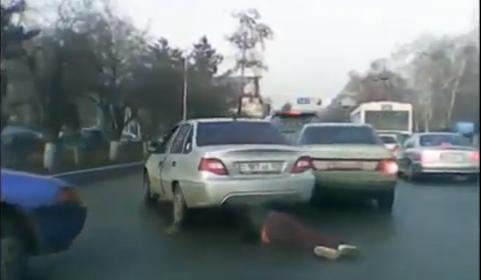 Impressionante! Ficou presa num carro e foi arrastada pelo chão fora
