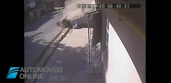Impressionante vídeo! O carro voa, capota e o condutor sai intacto