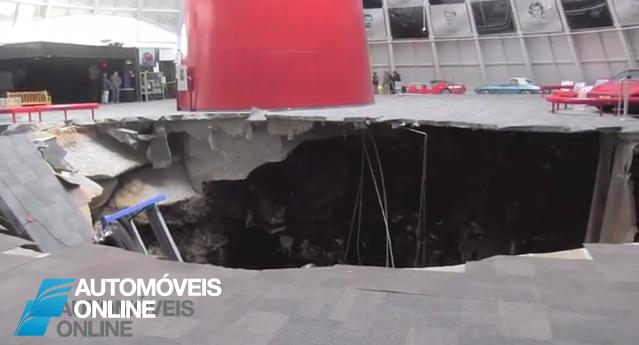 Incrível! Vídeo mostra carros de colecção serem engolidos por buraco gigante