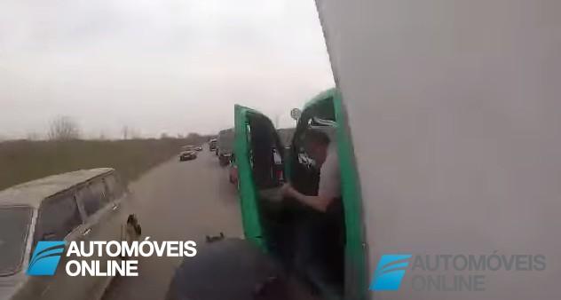 Ui! Dá para arrepiar, um motard grava o seu acidente