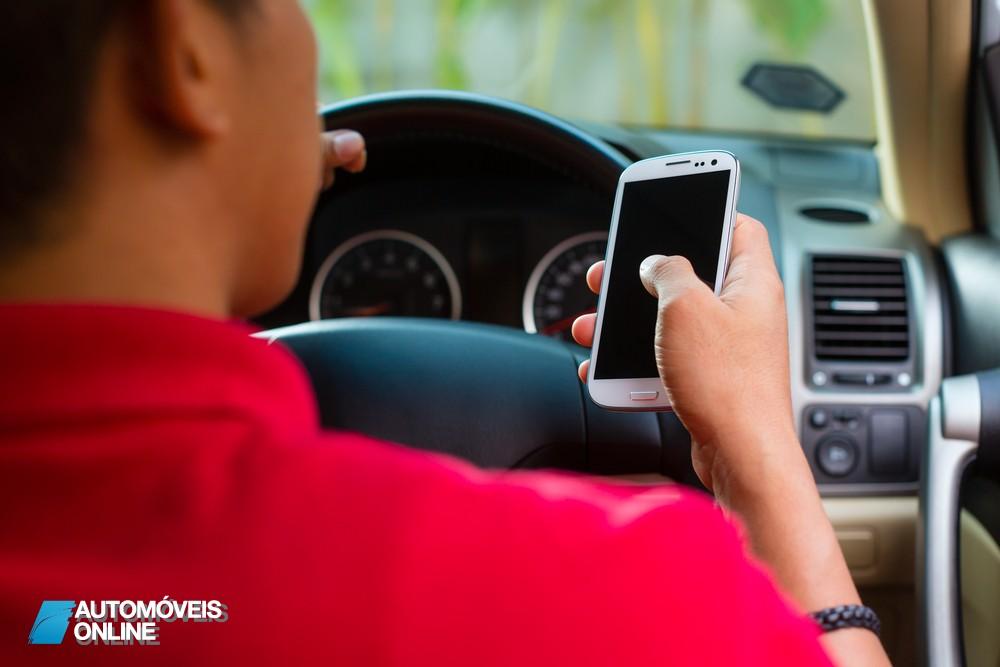 Pena de prisão para quem enviar SMS enquanto conduz