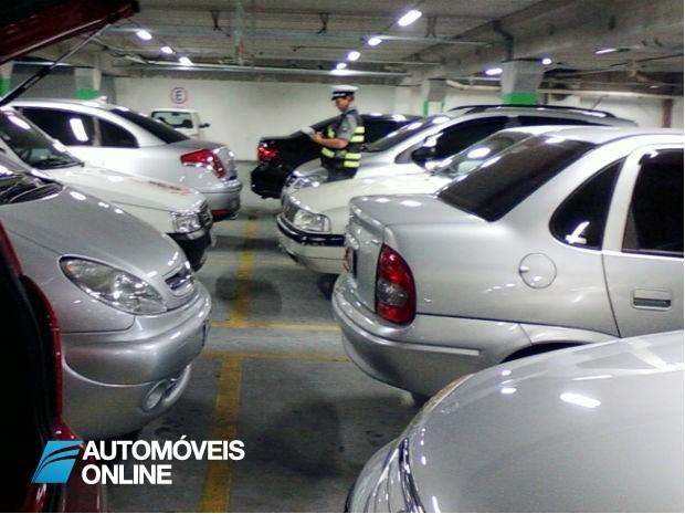 Policia multa condutor num parque de estacionamento de um Hipermercado