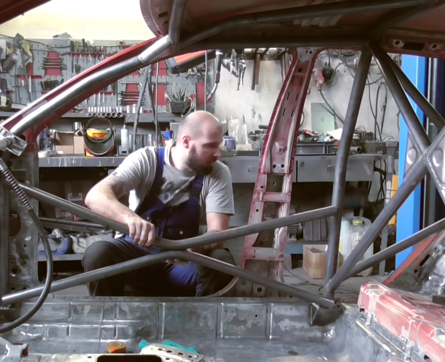 JR Garage mostra construcao de arco de seguranca