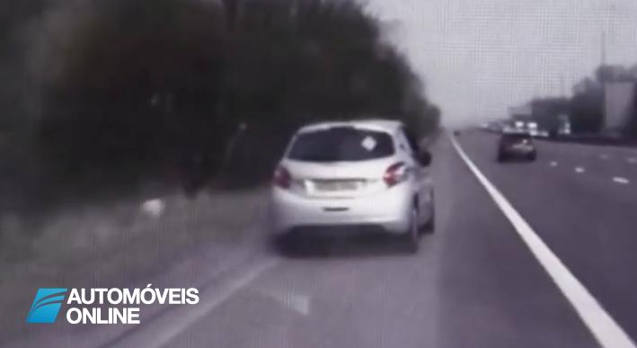 Condutor desmaia ao volante e polícia evita acidente