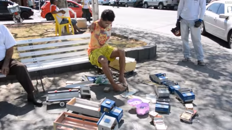 Constrói carrinhos de brincar com os pés