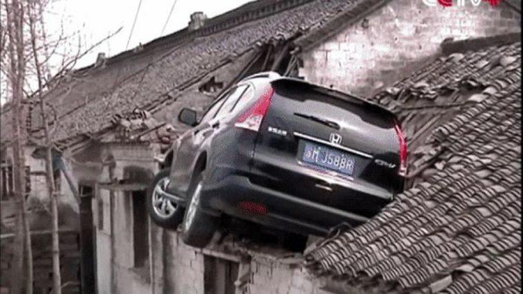 Estacionou o carro literalmente no telhado de uma casa