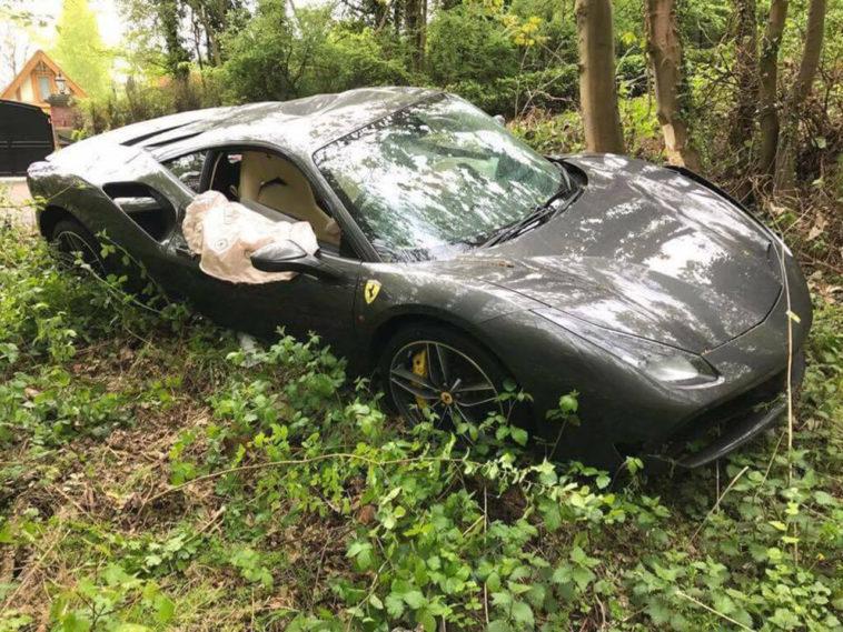 Ferrari 488 GTB destruído com apenas 111 km