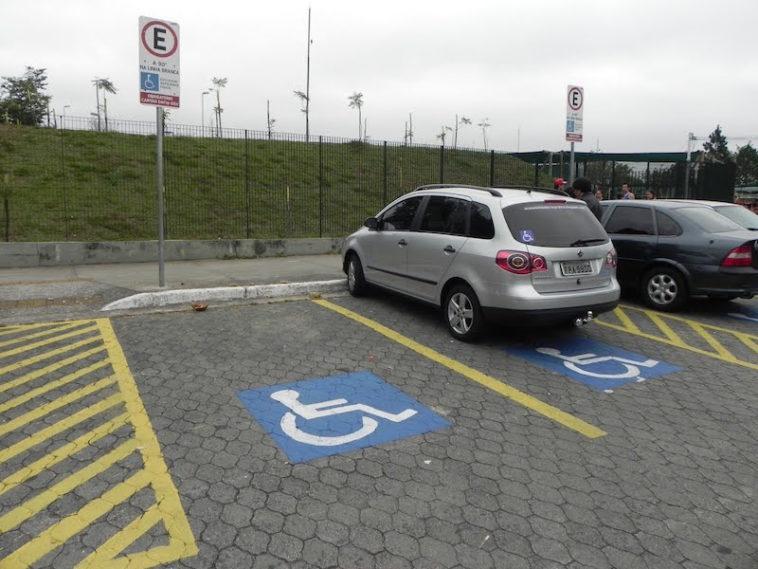 Cuidado! Estacionar em lugar de deficiente tira dois pontos na carta