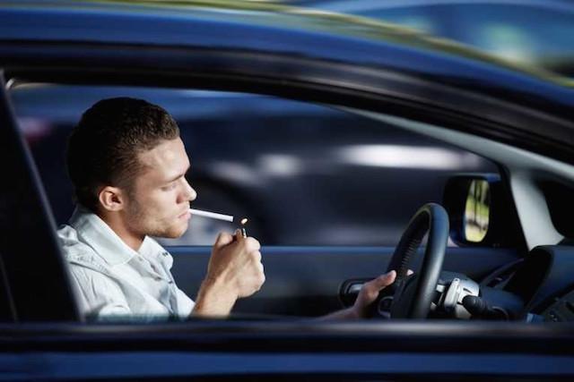 Fumar enquanto conduz é ou não proibido?