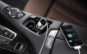 Carregar o telemóvel no carro pode danificar ambos