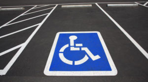 Estacionar no lugar de deficiente retira dois pontos à carta
