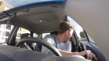 Porque é que um condutor deve abrir a porta do carro com a mão direita?
