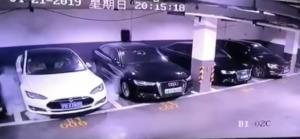 Carro Tesla explode no interior de um parque de estacionamento