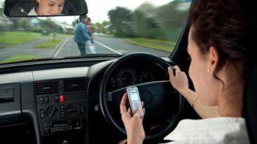 Fala ao telemóvel enquanto conduz? As multas são a dobrar.