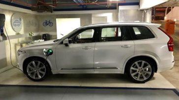 Carregar carro eléctrico na garagem do condomínio