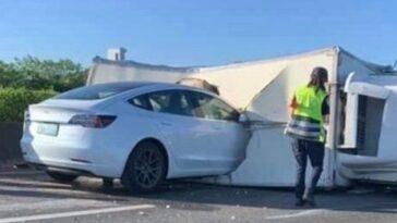 Autopilot falha e Tesla Model 3 embate com violência contra camião