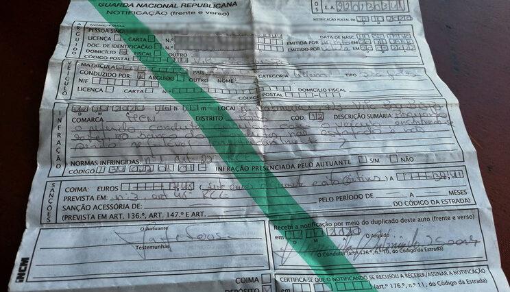 Estofo rasgado dá multa de 7,48€
